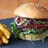 Selbstgemachter Burger mit Patty aus schwarzen Bohnen