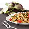 Mediterrane Vorspeise mit Schwefelbohnen, getrockneten Tomaten und Artischockenherzen