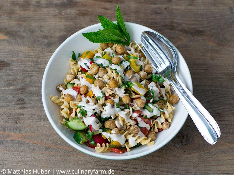 Vegan und glutenfrei: Kichererbsen-Nudelsalat mit Koriander und Tahini