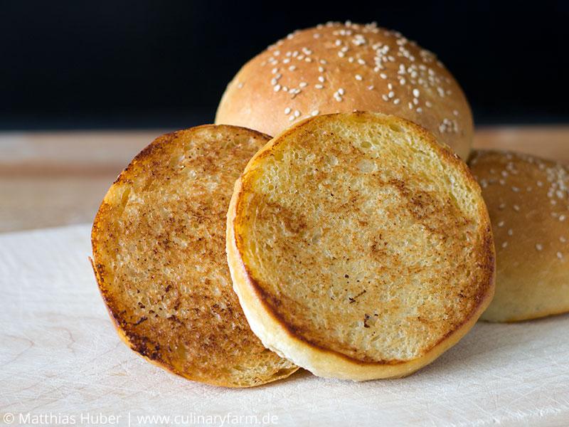 geröstete Brioche Burger Buns, selbstgebackene Burger-Brötchen