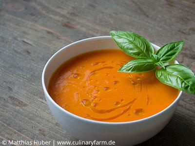 Suppe aus Tomaten, Aprikosen und Chili – schmeckt heiß und kalt