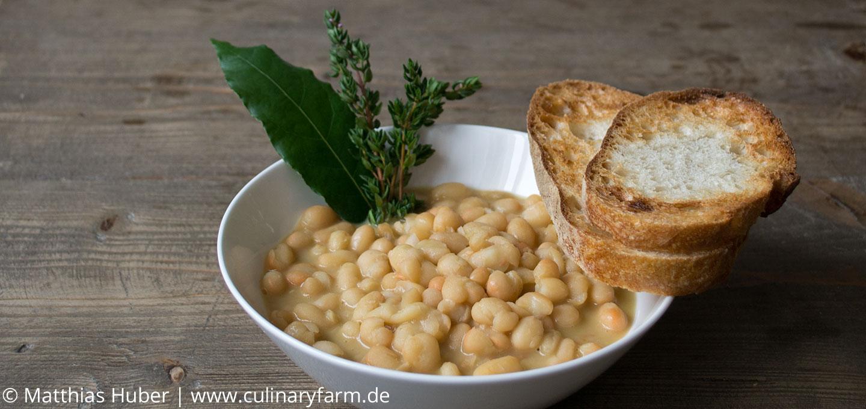 Mit Thymian, Lorbeerblatt, Knoblauch und Olivenöl gekochte Zolfino-Bohnen (Schwefelbohnen)