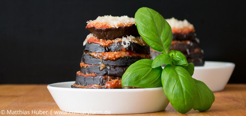 Gratinierter Auberginenauflauf mit Tomatensauce, Parmesan und Semmelbrösel