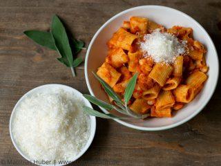 Cannellini Bohnen in Tomatensauce mit Salbei – eine perfekte Winterpasta