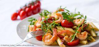 Penne Rucola mit gebratenen Garnelen und Tomaten