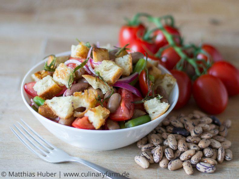 Sommerlicher Salat mit Bohnen, Tomaten und Croûtons